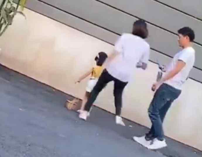 童模 踢拍照童模的人是她妈妈 确定是亲生母亲?