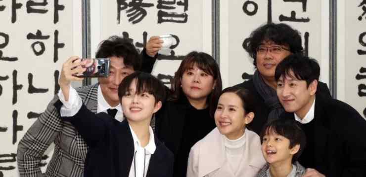 朴明勋 寄生虫剧组回韩国 总统携夫人在青瓦台给他们开庆功宴