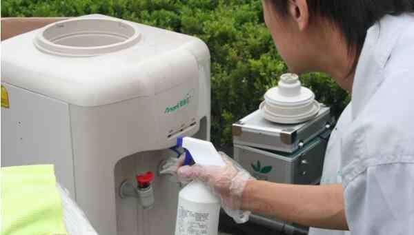 饮水机的清洗 饮水机清洗方法,柠檬酸加热清洗(洗洁精、白醋也行)