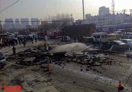 武汉爆炸 武汉路面因沼气积聚爆炸 目击者:像一面墙飞到了天上